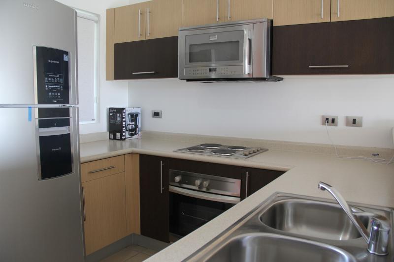 Nueva cocina con electrodomésticos de tamaño completo