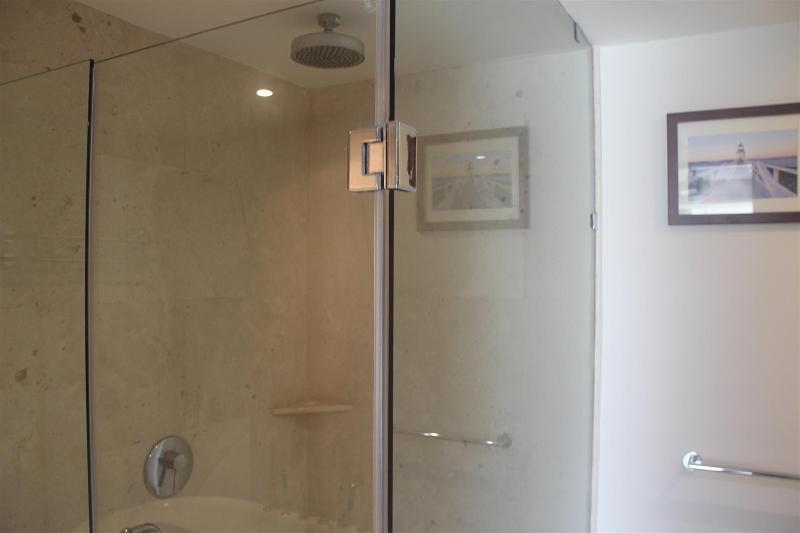 Grande douche dans la salle principale