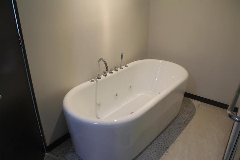 Baignoire Bain profond dans la principale salle de bains