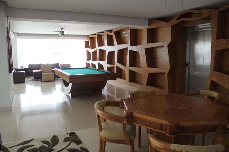 Salle de jeux avec tables de billard et poker