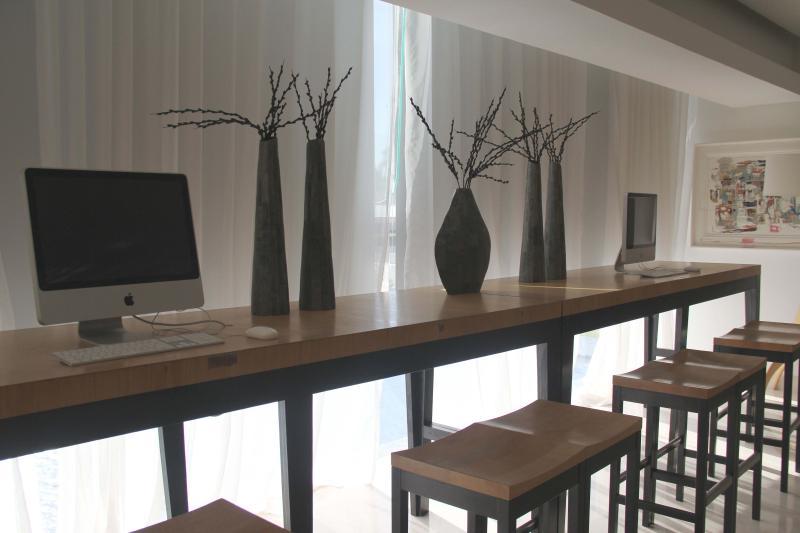 Centre d'affaires avec ordinateurs de bureau Mac pour l'utilisation