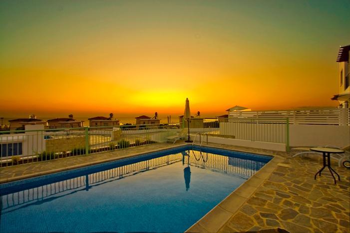 Puesta de sol vista desde la piscina