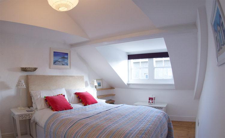 Quarto principal com cama king-size, é no segundo andar com vislumbres de mar