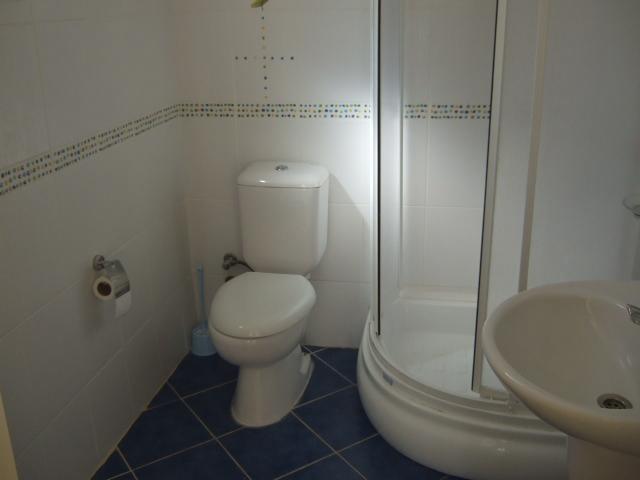 En-suite al dormitorio principal completamente alicatado y cómodo