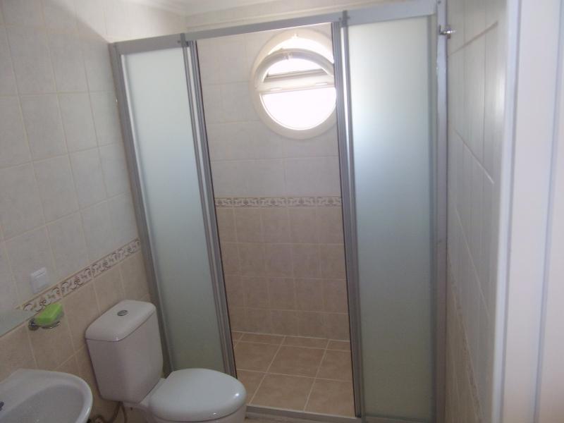 Baño principal con cabina de ducha / cuarto húmedo