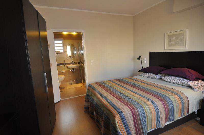 Queen bedroom - wheelchair accessible with double roll in shower