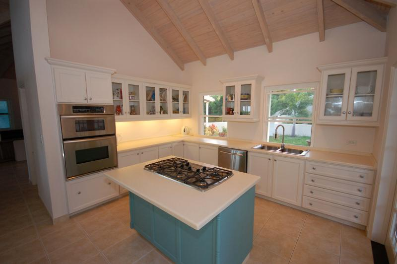 Well equipped kitchen with island unit