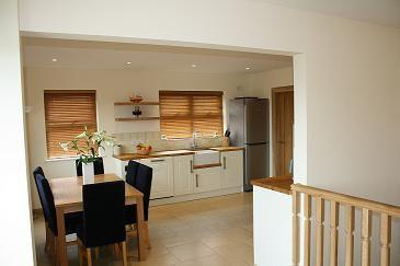 Fully equipt modern kitchen and dining area