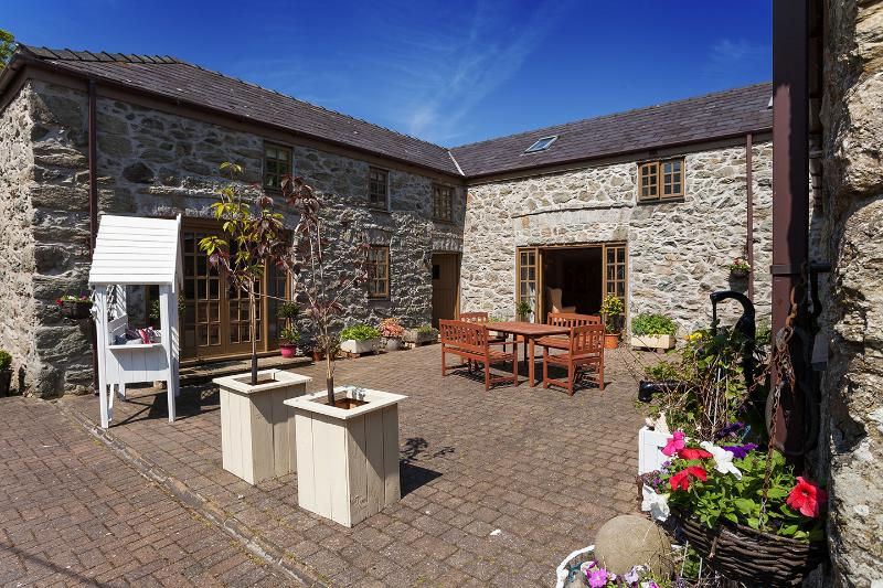 Bryn Hyfryd Cottages, vacation rental in Brynteg