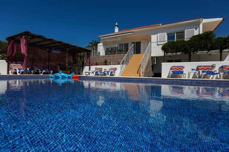 SPECIAL LAST MINUTE OFFERS VILLA AND COTTAGE OS PINHEIROS PRIVATE HEATED POOL, aluguéis de temporada em Guia
