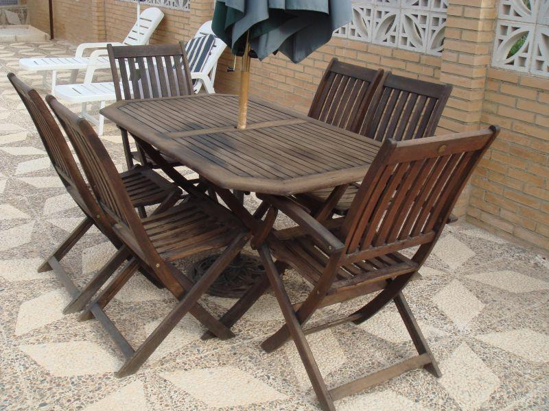 Oak table and chairs for Alfesco dinning next to pool