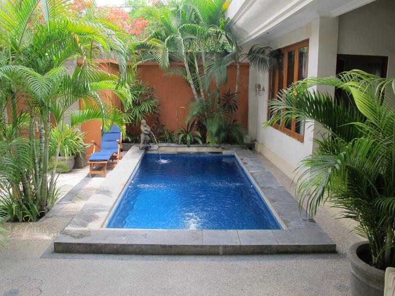 Refrescante piscina e jardim