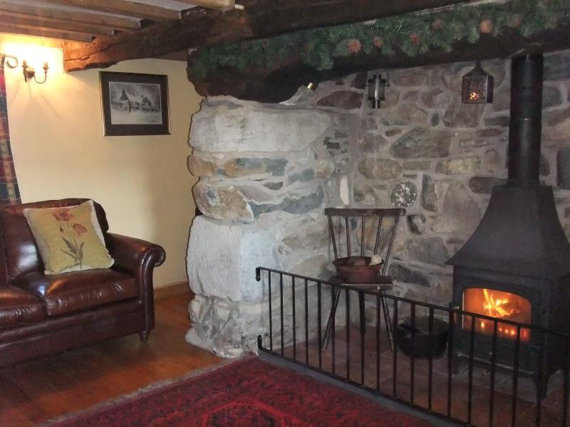 Sala de estar com inglenook e fogão de lenha
