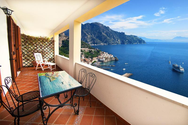 Villa 'Casa Nancy' apartment with terrace and sea view -Parking, alquiler de vacaciones en Amalfi