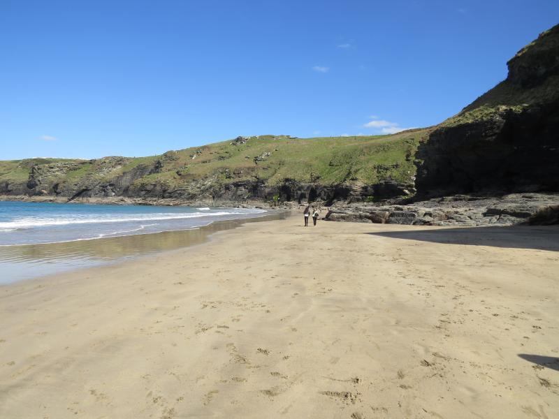 Prachtige stranden zijn te vinden als dit slechts een paar mijl verderop op de Noord-kust van Cornwall.