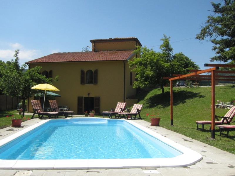Beautiful village house with private pool and Tuscan mountain views, casa vacanza a Minucciano