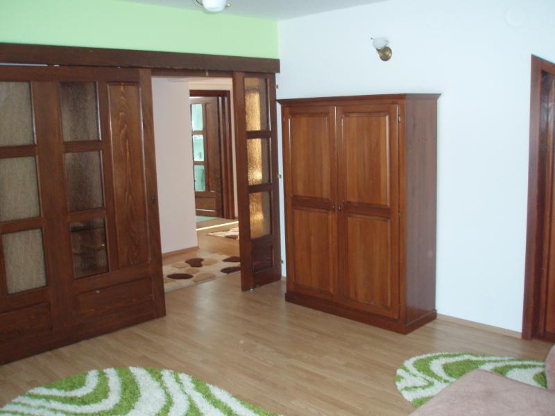 Acceso dormitorio puerta corredera y un armario