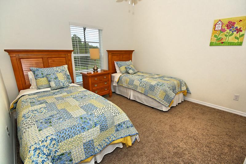 Bedroom 4 with 2 twin beds