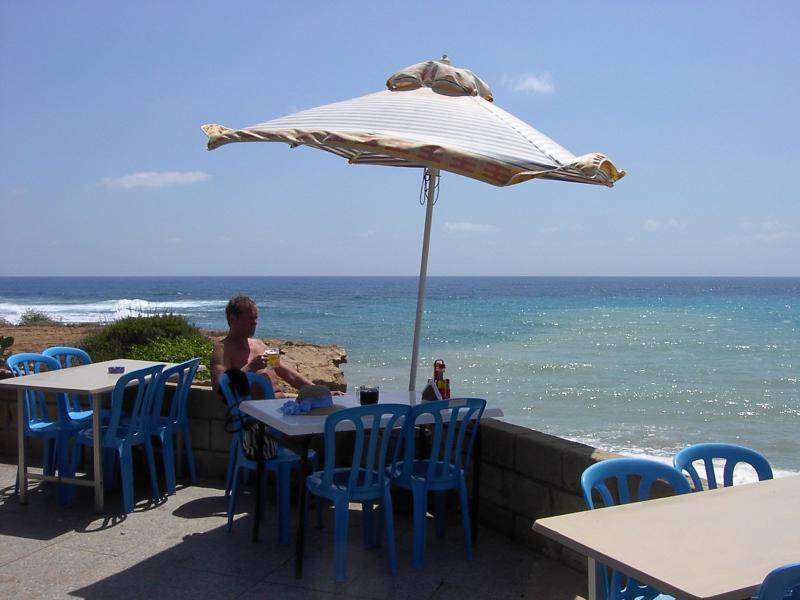 Lara ristorante sulla spiaggia, a 20 minuti lungo la strada sterrata, ma bella e lunga spiaggia di sabbia
