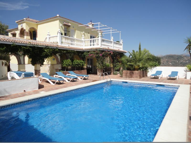 Relajarse en Villa Amarillas piscina rodeado de hermosas vistas de la campiña y las montañas.