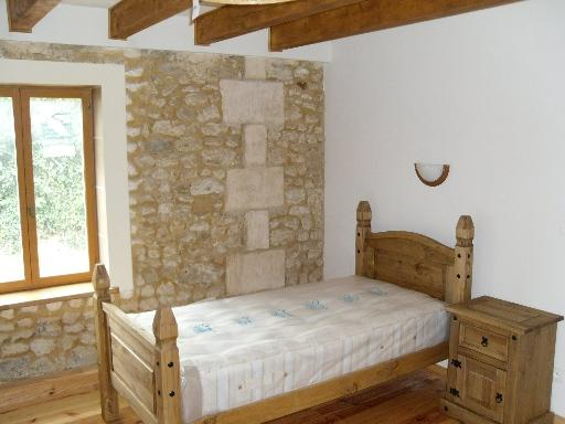 middle bedroom with 2 single beds