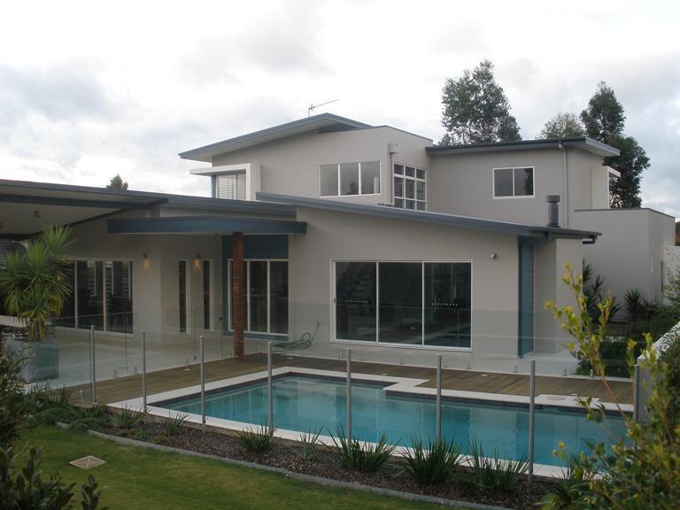 Achteraanzicht van het huis met prive zwembad
