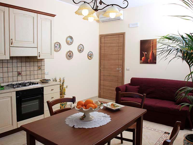 Etna Royal View - Appartamento Bilocale con terrazza e vista mare., vacation rental in Trecastagni