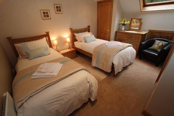 Twin bedroom with en-suite at tan-y-Graig