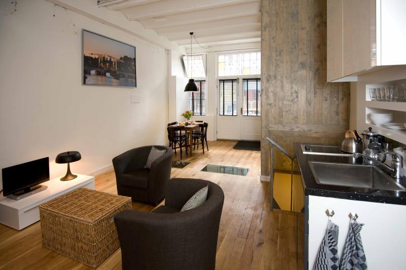 De woonkamer is een mooie en lichte kamer op de begane grond