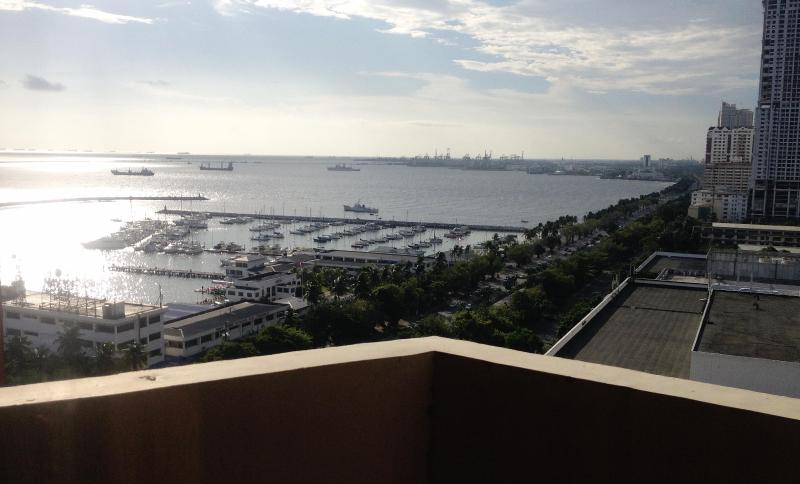Spacious Condo Overlooking Manila Bay, holiday rental in Manila
