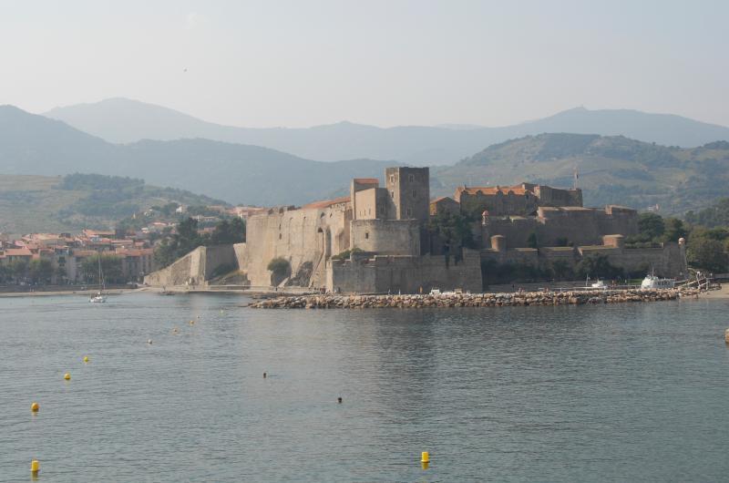 Chateau cercana y Alberes estribaciones en fondo