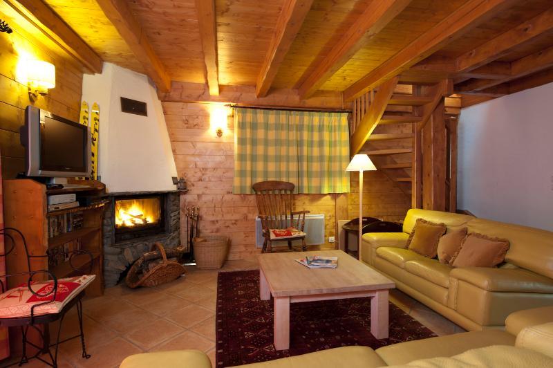Confortevole zona salotto dello chalet con camino a legna