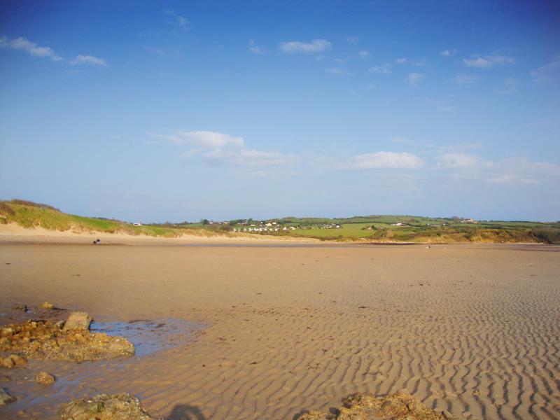 Lligwy Beach är en lugn promenad längs kusten vägen.
