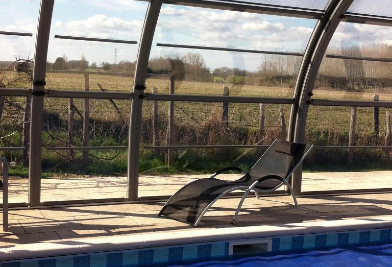 À la recherche de la piscine à la campagne. La couverture est nouvelle, photos à suivre.