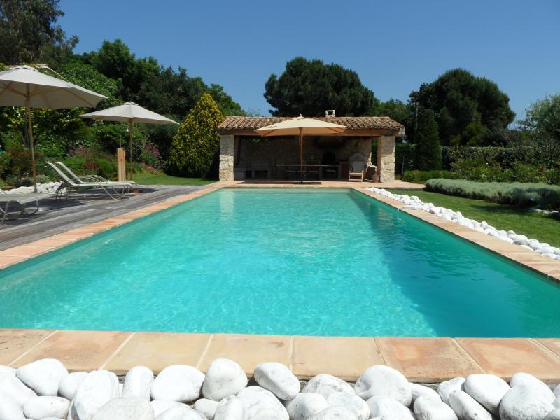 Piscine, terrasse, chaises longues, cuisine d'été