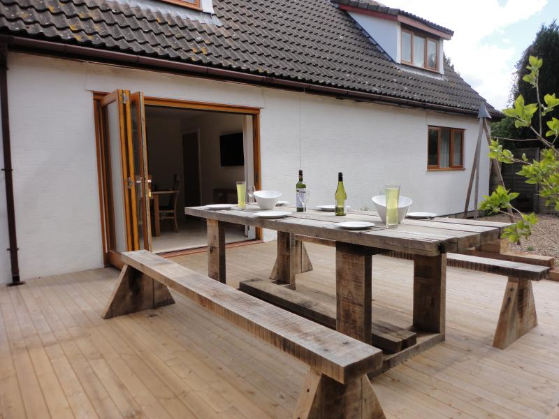 Outdoor dinning with view to dining room