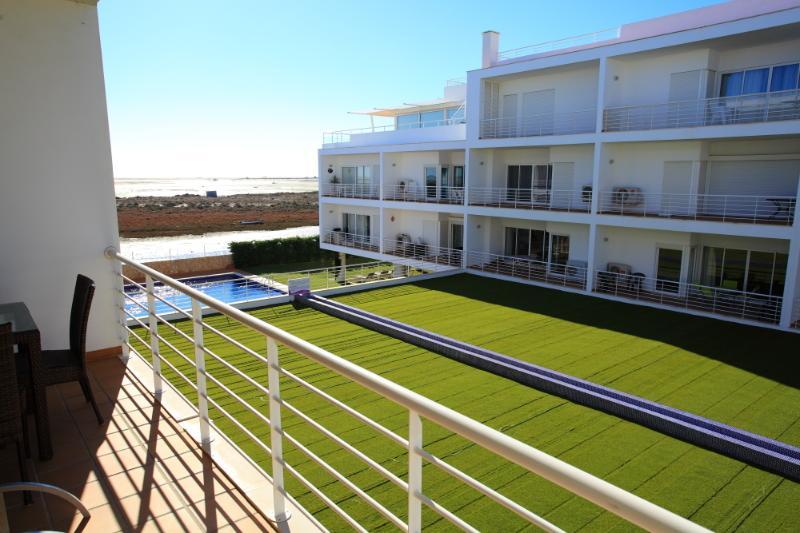 Fantastic location 2 bed apt on the Ria Formosa, aluguéis de temporada em Fuseta