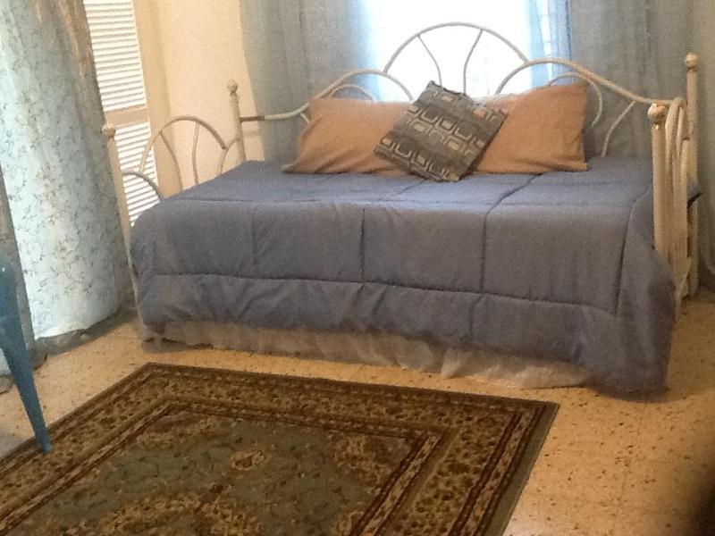 Balcón se puede convertir de sala de estar y dormitorio