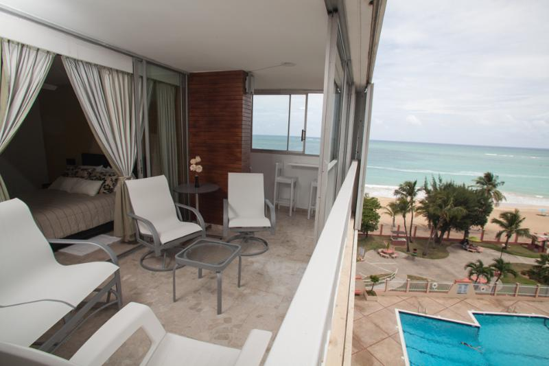 Isla Verde Oceanfront Condo, holiday rental in Isla Verde