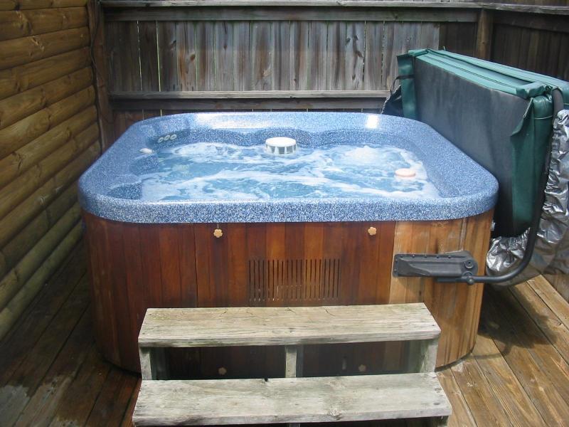 Relaxe na banheira privada sobre o baralho de volta