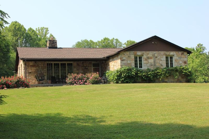 Luxury 4 BR Stone House on 25 ac near town & gorge, location de vacances à Fayetteville