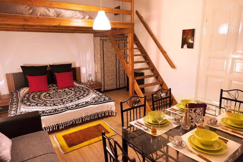 Chambre avec plateforme mezzanine en bois