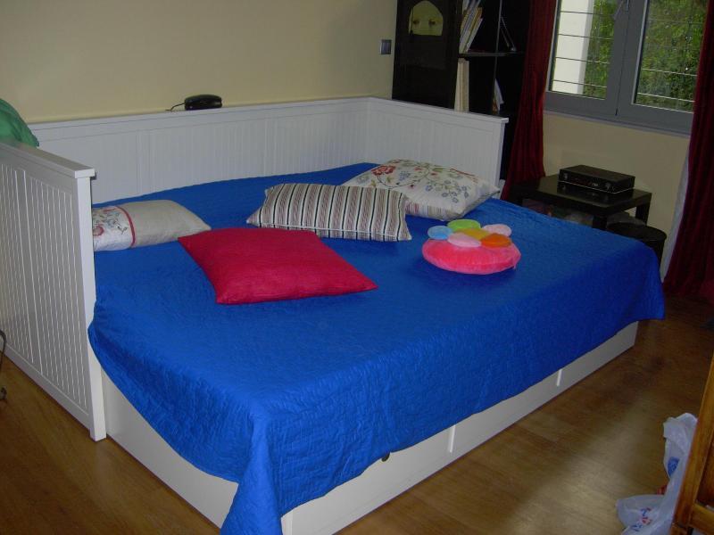 PRIVATE ROOM AND BATH WITH OWN ENTRANCE, aluguéis de temporada em Neo Psychiko
