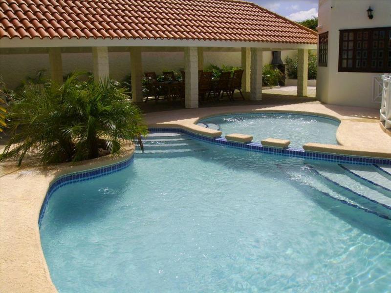 Questa villa dispone di una piscina privata recintata con area separata per bambini.