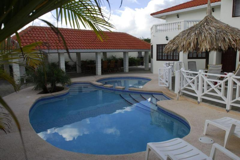 Kas ku Palma is a spacious villa in the area of Grote Berg on the island of Curacao.