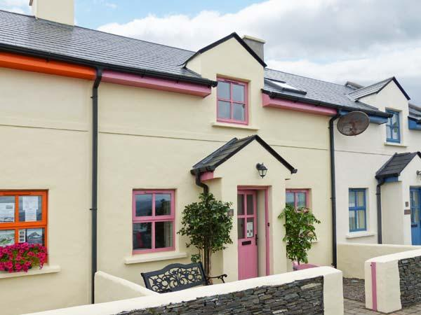 WATCH HOUSE COTTAGE, mid-terrace, on harbour, pet-friendly, WiFi, in, location de vacances à Valentia Island