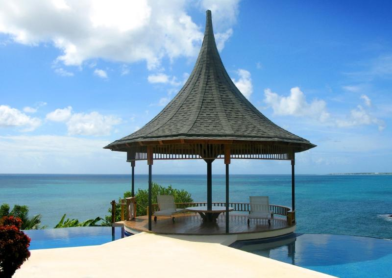 VOTED TOP 20 CONDE NAST CARIBBEAN VILLA - 74 STEPS TO BEACH - KIDS TRAVEL FREE, vacation rental in Lambeau