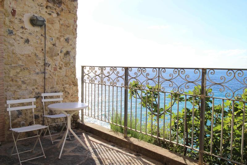Relaxe no Palazzo Pizzo Residence, com vistas do mar e sol conjunto de um terraço privado
