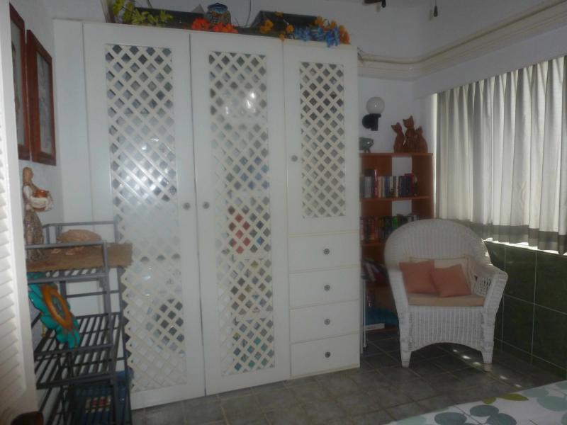 Deuxième chambre placard et fauteuil d'angle