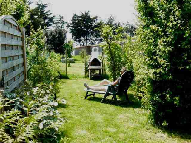 Un petit jardin privé, plein sud, face à la réserve naturelle, équipé d'un barbecue fixe